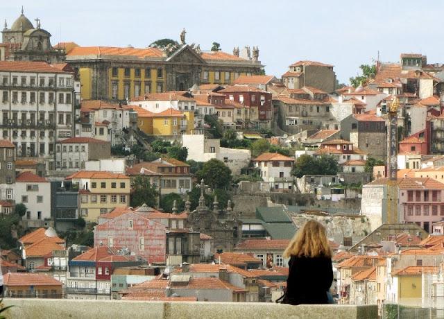 Mulher sentada no Jardim do Morro a olhar para a cidade do Porto