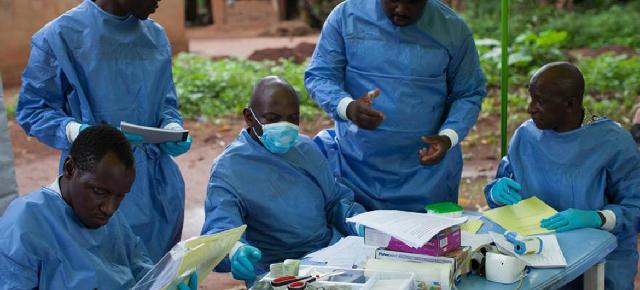 Un equipo trabaja en la vacuna contra el ébola en Katongourou, en Guinea. Foto: OMS/S. HawkeyFoto Archivo: OMS/S. Hawkey