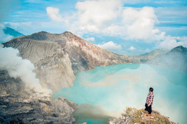 Ijen là một miệng núi lửa rộng 20 km, nơi chứa nhiều núi lửa trong đó. Một trong số đó là núi lửa Kawah Ijen, chứa đầy lưu huỳnh. Khi nó đốt cháy ngọn lửa màu xanh xuất hiện – khu vực này đặc biệt tuyệt vời vào ban đêm.
