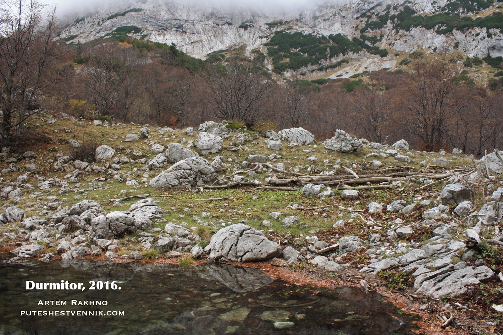 Камни и озеро на фоне гор