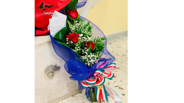 San Severo: donna si reca in caserma dei carabinieri e in lacrime dona mazzo di rose con nastro tricolore in ricordo del carabiniere Iacovacci