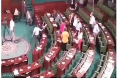 برلماني يوجه لكمات متواصلة لزميلته وينهي تدخله بركلات قوية بسبب ما بدر عنها