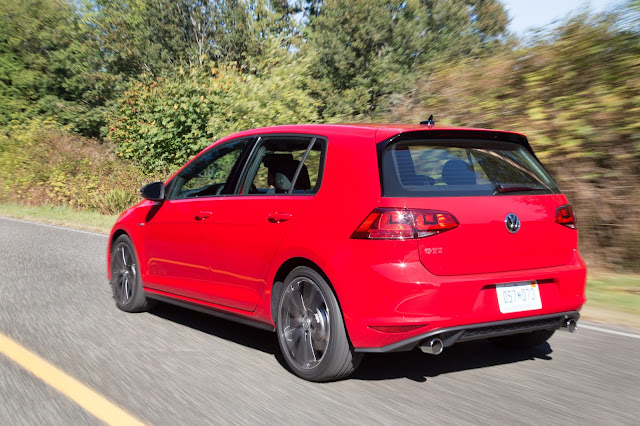 Rear 3/4 view of 2017 Volkswagen Golf GTI