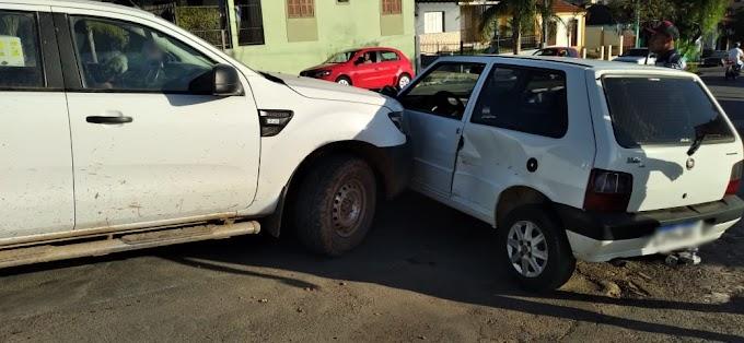 Acidente envolvendo dois veículos na rótula da rua Júlio de Castilhos