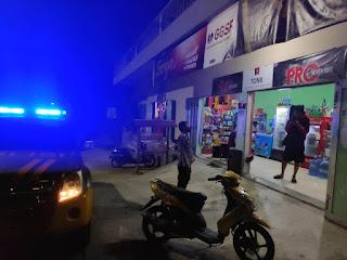 Patroli Di Malam Hari Bhabinkamtibmas Melaksanakan Blue Light Sembari Menyampaikan Protokol Kesehatan