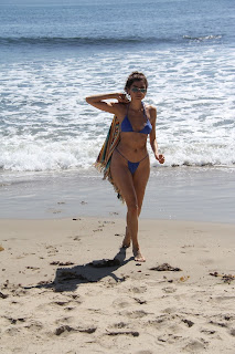 Blanca-Blanco-ignores-that-its-Fall-as-she-soaks-up-the-sun-at-the-Malibu-beach.-o7fbbphplr.jpg