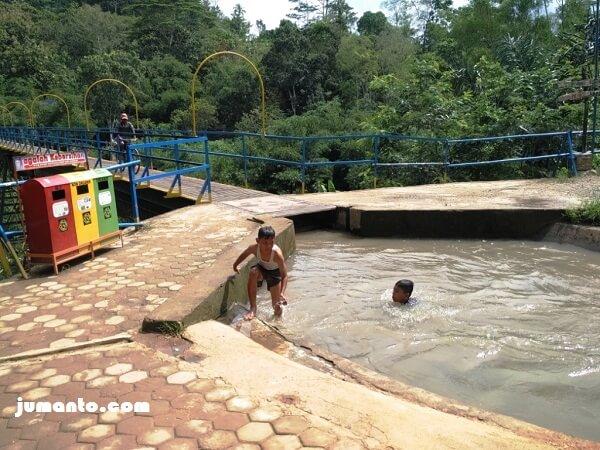 anak anak mandi di talang air pringsewu