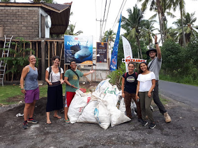 Voluntarios/as tras una limpieza de playas en Nusa Penida