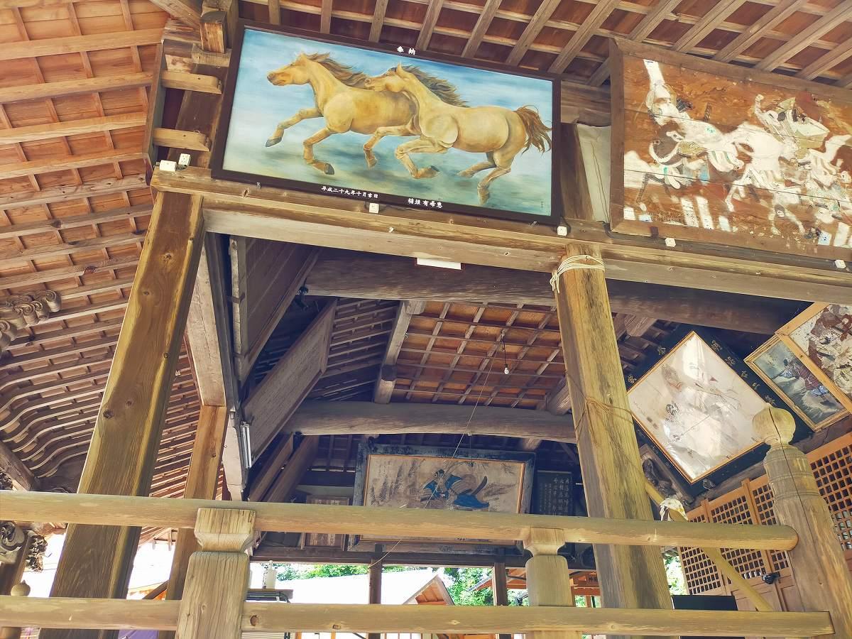 拝殿に馬の絵が飾られていました。