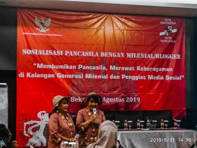 Sang Kartini Kembar guru pendiri Sekolah Darurat Kartini di kolong jalan tol Jakarta Sri Rossyati (Rossi) dan Sri Irianingsih (Rian)
