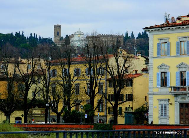 A Igreja de San Miniato al Monte vista da margem do Rio Arno