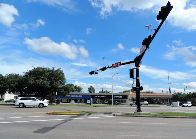 Odd-angle intersection of Bellaire Blvd and Bissonnet