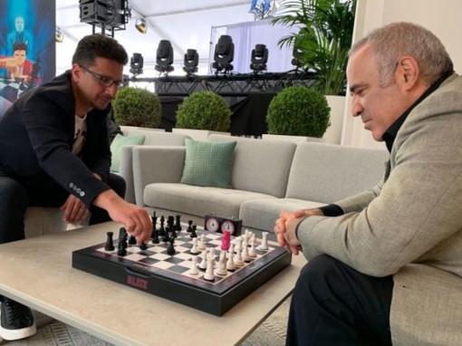 Contrairement à sa partie avec Deep Blue, Kasparov a rencontré peu de difficultés face à Cédric Biscay.