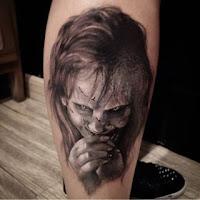 tatuaje para halloween el exorcista niña blanco y negro