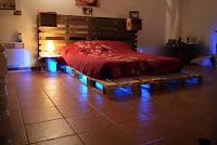 habitacion elegante realizada con palets