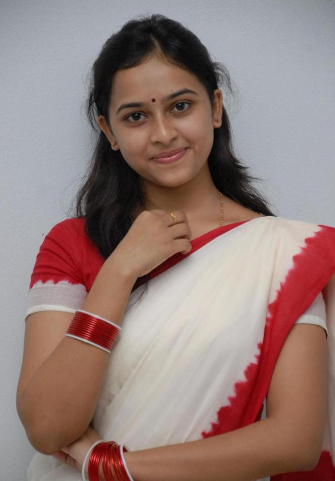 Cute Henna Wallpapers All Indian Actress Wallpapershd Sri Divya Red Color Saree