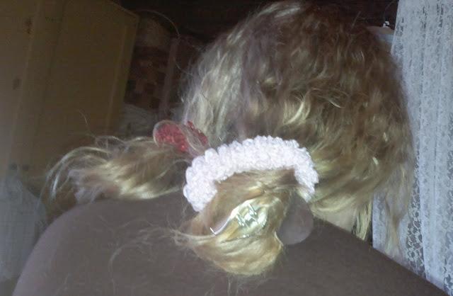 lapsi laittoi äidin hiukset