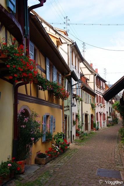 Le case a graticcio tipiche che formano la strada circolare