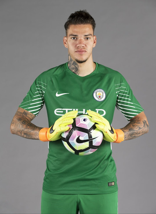 release date 7ce2b 7a7e0 Outstanding Nike Manchester City 17-18 Goalkeeper Kit ...