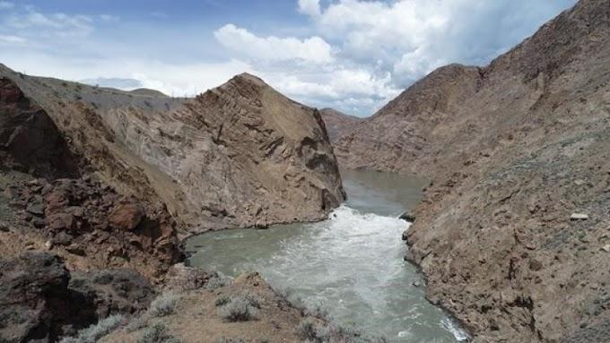 Légi úton szállítják a lazacokat ívóhelyükre egy kőomlás miatt elzárt kanadai folyón