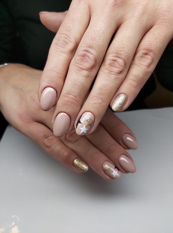 gwiazdki na paznokciach hybrydowych