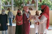 Meriahkan HUT RI ke 75, Ketua Bhayangkari Cabang Brimob Banten Bagikan Buku Tulis