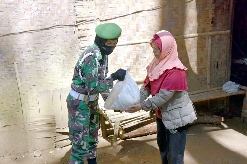 Pusdikkowad Peduli Covid-19 Bagikan Sembako di Lembang