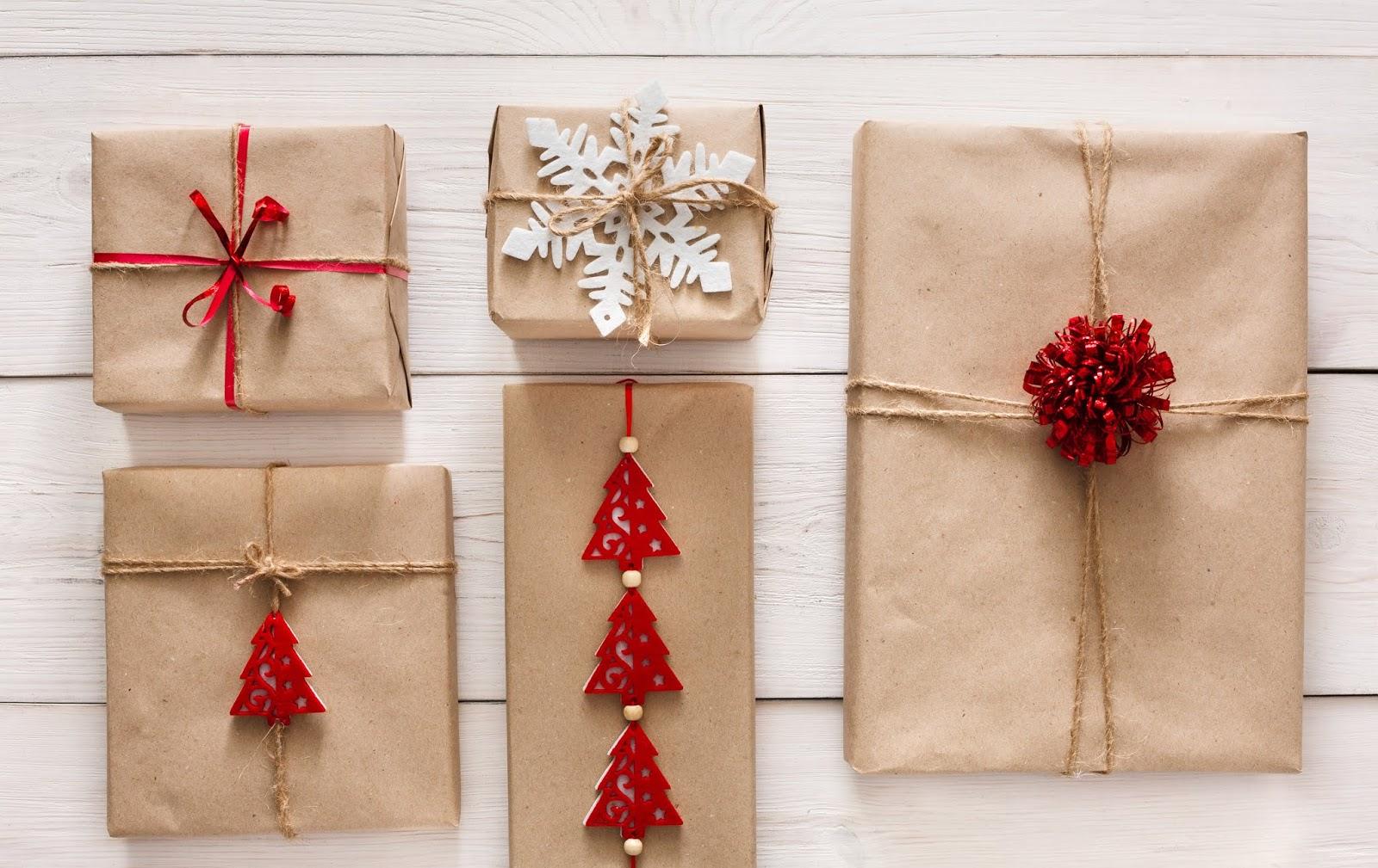 envoltorio de regalos con papel kraft y adornos del árbol