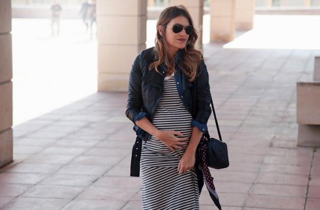 Беременная женщина в платье в полоску и в жакете