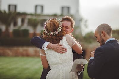 Novia abrazando al director de la ceremonia con el novio al lado