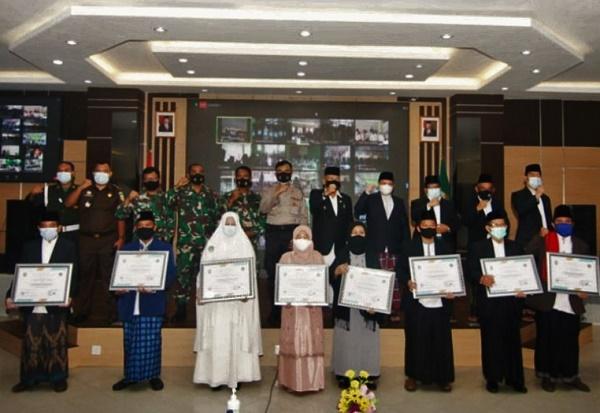 Pjs Wako Batam Beri Penghargaan Kepada Sejumlah Penggiat Pondok Pesantren