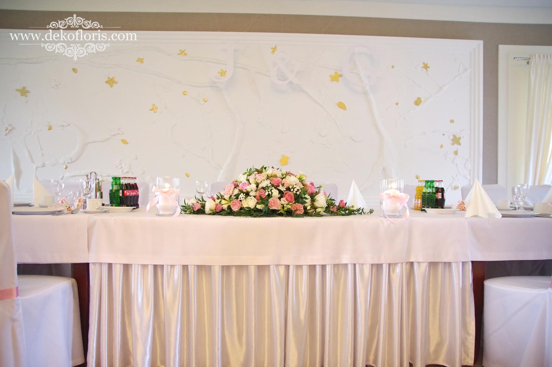 stół Młodej pary Różowe dekoracje kwiatowe na weselu w Markus Kolonowskie