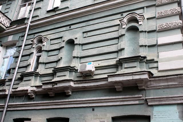Ниши на стене жилого дома