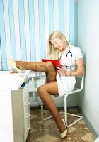 Kadın doktorun kırmızı tangalı muayenesi traltyazılı