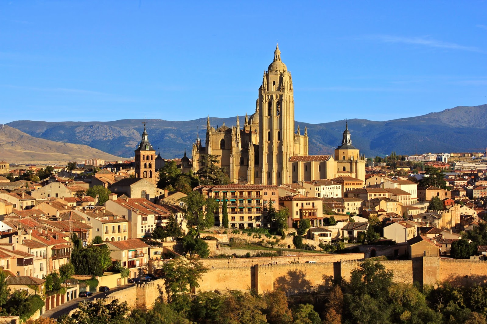 Segovia: 5 best day trips from Madrid - all less than 2 hours away from the city center! | adelanteblog.com