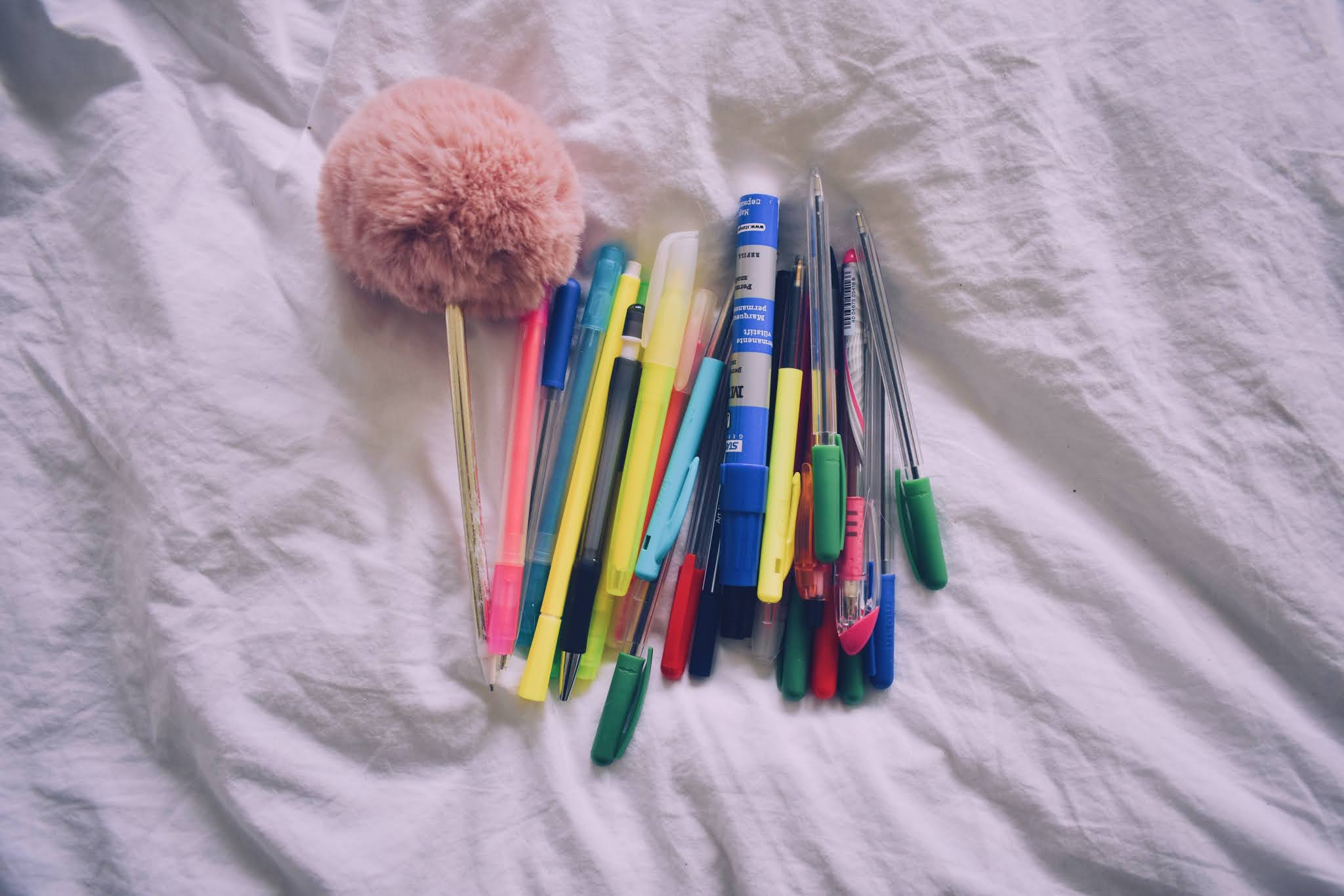 Verschillende soorten pennen op een witte achtergrond