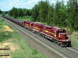 A foto mostra uma antiga locomotiva de trem de passageiros que riscava o país de ponta a ponta.