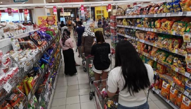 Orang ramai beli makanan