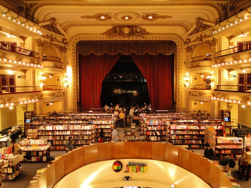 Interior da livraria El Ateneo projetada dentro de um antigo teatro de Buenos Aires na Argentina.