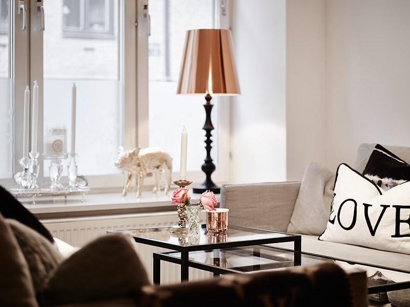 Biały apartament z nowoczesną kuchnią i dodatkami glamour, wystrój wnętrz, wnętrza, urządzanie domu, dekoracje wnętrz, aranżacja wnętrz, inspiracje wnętrz,interior design , dom i wnętrze, aranżacja mieszkania, modne wnętrza, styl skandynawski, styl nowoczesny, glamour, białe wnętrza, salon,