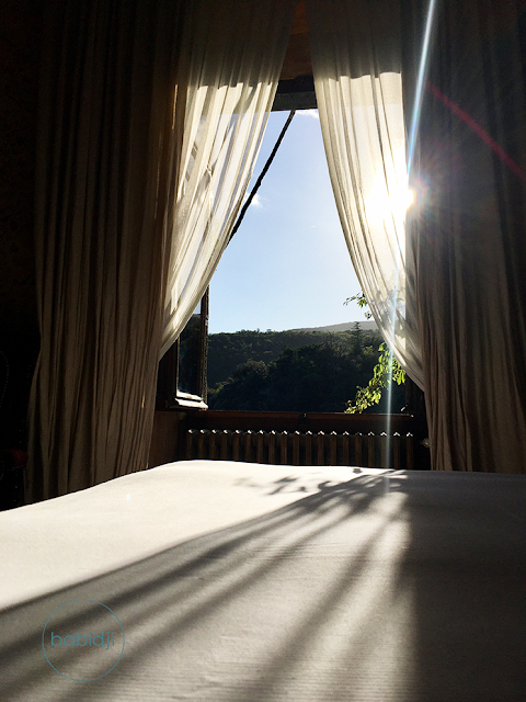 fenêtre avec vue sur la nature et le soleil depuis la chambre du château de riell