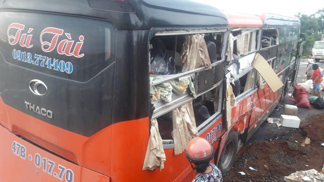 Gia Lai: 2 xe giường nằm tông nhau kinh hoàng lúc rạng sáng, nhiều người nhập viện trong tình trạng nguy kịch