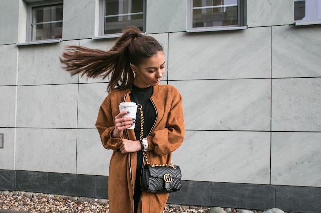 Coffee time/ Czerń z mocnym akcentem  w postaci karmelowego płaszcza - Czytaj więcej