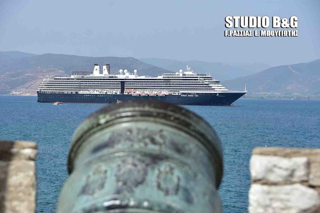 Επίσημο ποδαρικό για το καλοκαίρι με δυο κρουαζιερόπλοια στο Ναύπλιο (βίντεο)