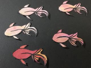 黒紙の輪郭彩色切り絵を黒い紙に載せる
