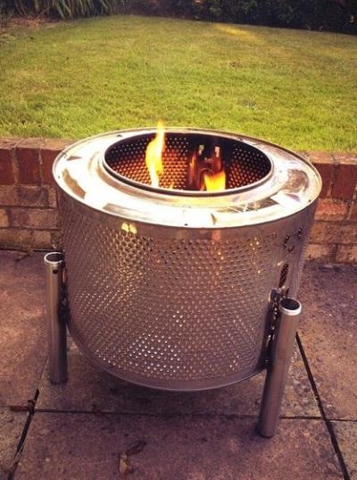 Fire pit (tempat perapian) terbuat dari drum mesin cuci.