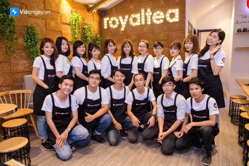 Bộ áo thun đồng phục màu trắng và tạp dề đen in logo trà sữa Royaltea