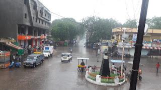 बेमौसम बारिश से मौसम हुआ सुहावना, कहि रिमझिम तो कहि तेज बारिश, शादियों का माहौल चरमराया