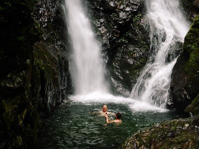 夫婦滝の滝壺で遊ぶ