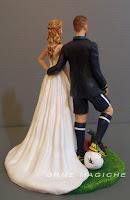 cake topper sposini per torta matrimonio statuetta sposo sportivo giocatore calcio orme magiche